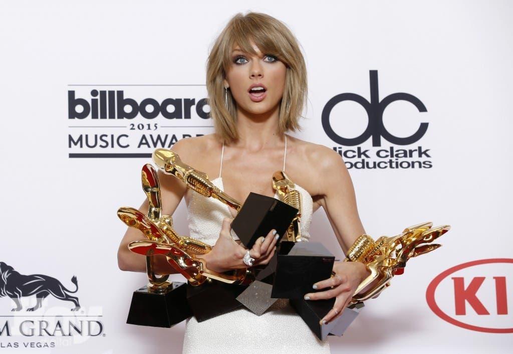 """Swift fue postulada el martes a nueve estatuillas del hombre de la luna, incluyendo a video del año por """"Bad Blood"""", el clip protagonizado por Selena Gómez, Lena Dunham y otras famosas amigas de la estrella pop. (Photo by Eric Jamison/Invision/AP)"""
