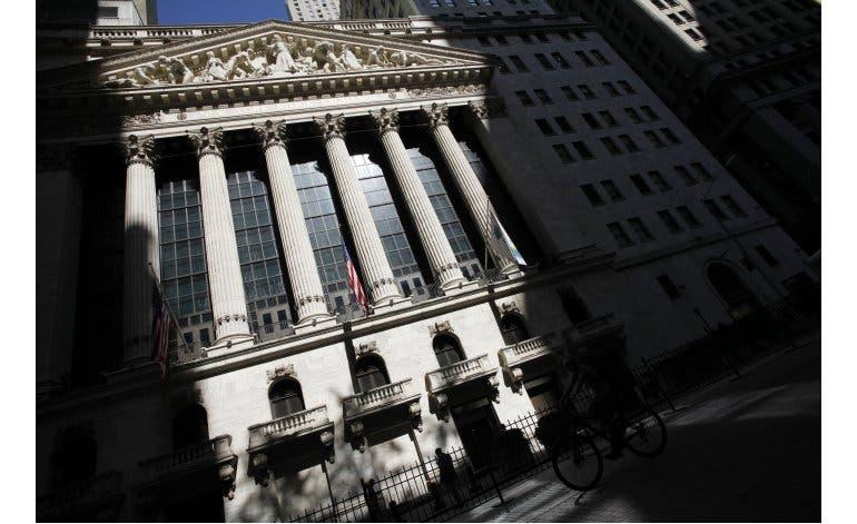 Fachada de la Bolsa de Nueva York, el 15 de julio de 2016. La bolsa cerró el lunes 27 de julio de 2015 su quinta jornada consecutiva de pérdidas. El peor desplome en la bolsa de valores de China en ocho años arrastró el lunes a la baja otros mercados accionarios en diversas partes del mundo.  (Foto AP/Mark Lennihan, archivo).
