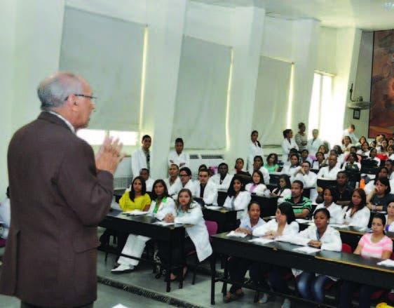 El doctor Eduardo Tactuk, director de la Escuela de Medicina de la UASD, orienta a los estudiantes.