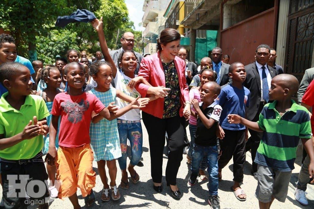 Decenas-de-niños-de-Los-Guaricanos-reciben-con-alegría-a-la-vicepresidenta-Margarita-Cedeño-quien-entregó-un-nuevo-CTC-a-la-comunidad.