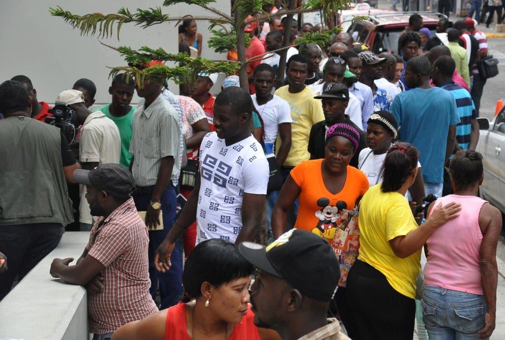 Decenas de haitianos retiran sus carnés del Plan de Regularización