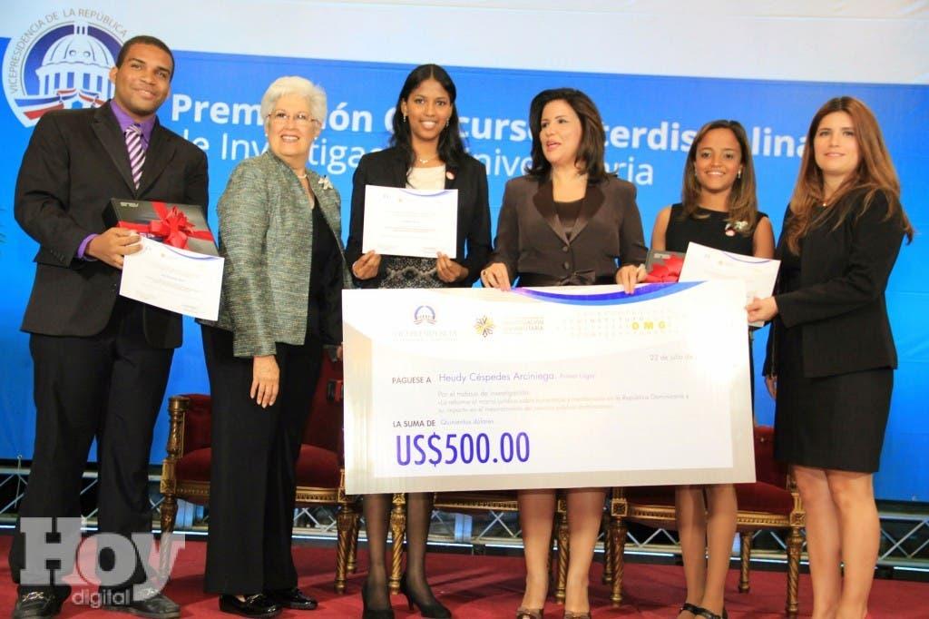 La vicepresidente Margarita Cedeño, la rectora Belkis Guerrero y Gabriela Dehesa-Azuara entregan el premio del primer lugar a Hueydi Céspedes, Yenibel Cuevas y Jean David de Jesús. Fuente externa.