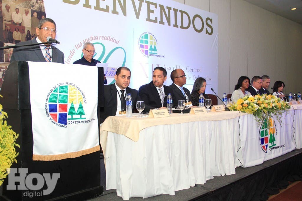 El presidente de COOPZOAMÉRICA, Jesús Fernández, se dirige a los presentes. A su lado la mesa central de la asamblea. Fuente externa.