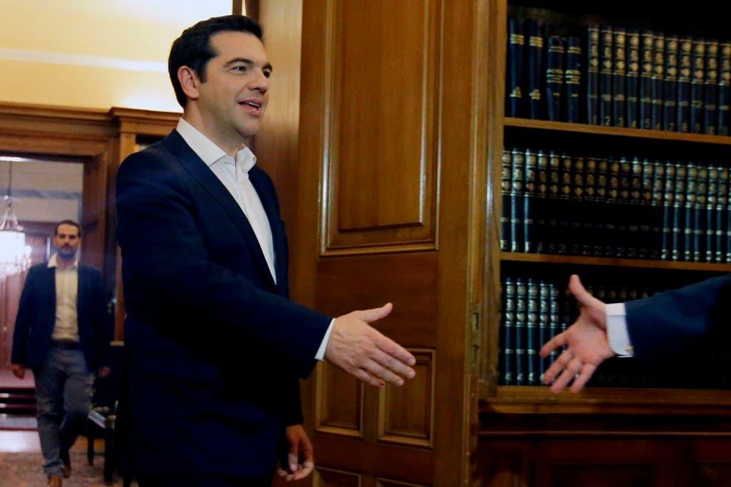 El primer ministro griego, Alexis Tsipras, llega para reunirse con el presidente de Grecia, Prokopis Pavlopoulos, tras los resultados del referéndum en el palacio presidencial en Atenas, el lunes 6 de julio de 2015.. (AP Foto/Thanassis Stavrakis)