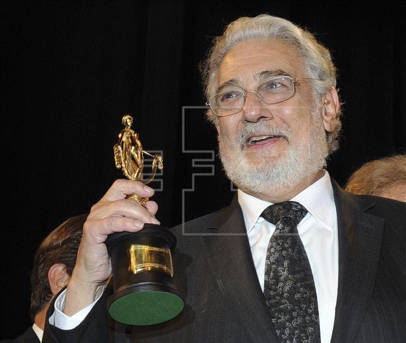 """El tenor español Plácido Domingo es distinguido con el premio """"Die Goldene Deutschland"""" (La Alemania dorada) durante la ceremonia celebrada en el teatro Cuvillies esta semana en Múnich (Alemania). EFE"""