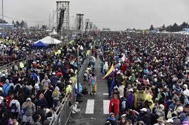Miles soportan lluvia y frío para ver al papa en Quito