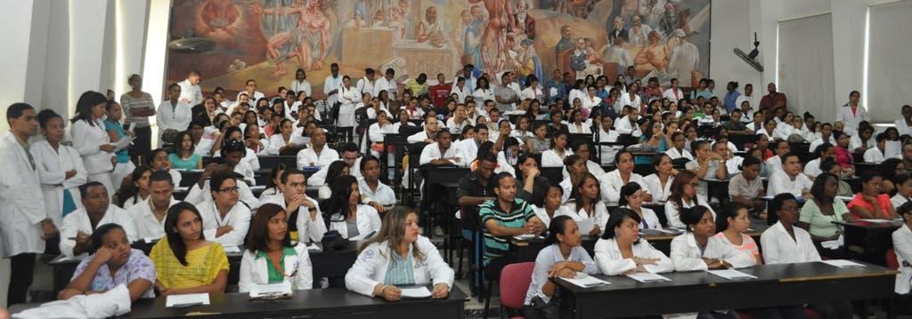 El doctor Eduardo Tactuk, director de la Escuela de Medicina de la UASD se dirige a los presentes. Fuente externa 20/07/2015