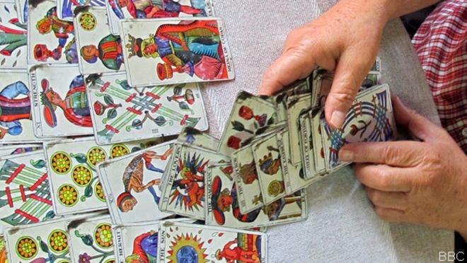 Cartas del tarot es la forma más frecuente de predecir el futuro en Venezuela, BBC Mundo