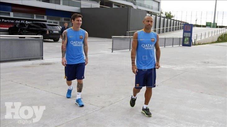 Fotografía cedida por el FC Barcelona de Lionel Mess (i) y Javier Mascherano (d), que han regresado de vacaciones y han pasado esta mañana las pruebas medicas . EFE