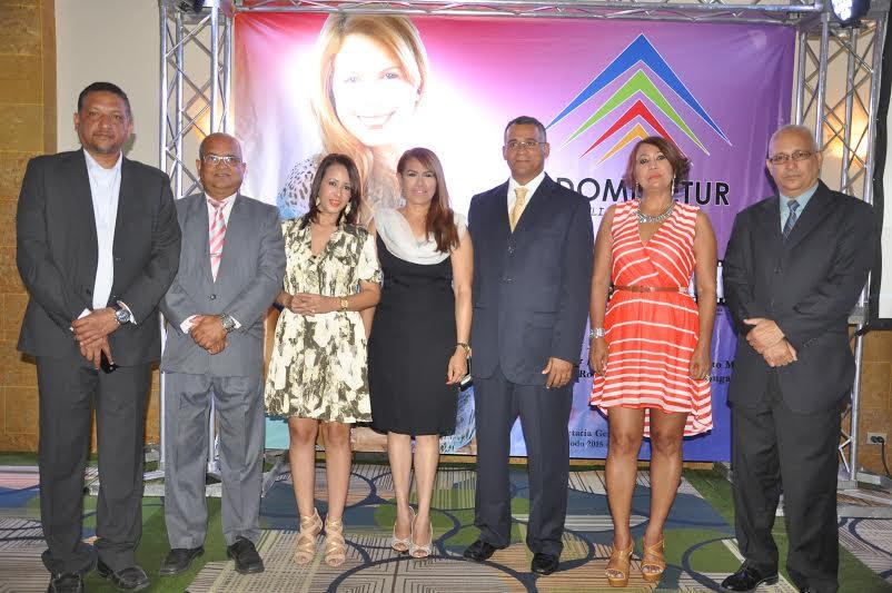 Yamira Taveras junto a la nueva directiva, fuente externa