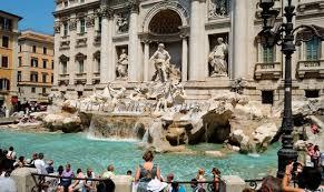 Ratas y ratones invaden por la noche la Fontana de Trevi de Roma, fuente externa