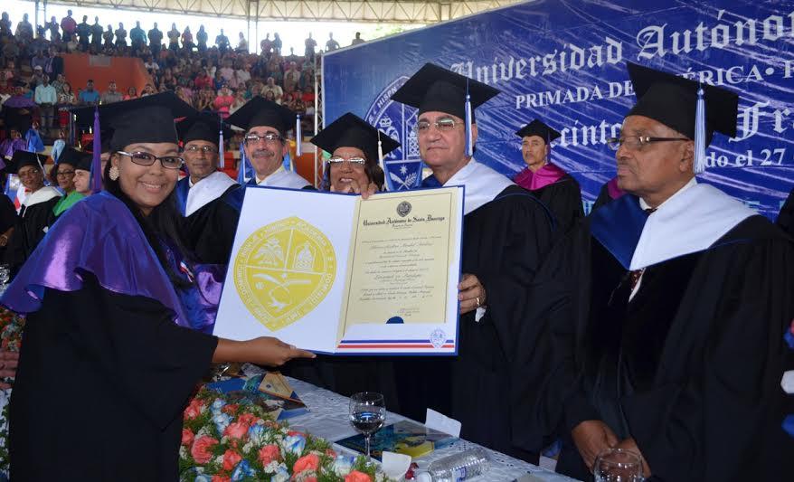 La graduanda Adriana Mirabal Martínez recibe su diploma de manos del   rector, doctor Iván Grullón Fernández por ser la estudiante más sobresaliente   al totalizar un promedio de 93.7, para Magna Cum Laude, fuente externa