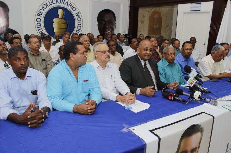 Lázaro Guzmán Suero, coordinador nacional del Comando Agropecuario del PRM, junto a los dirigentes del partid, fuente externa