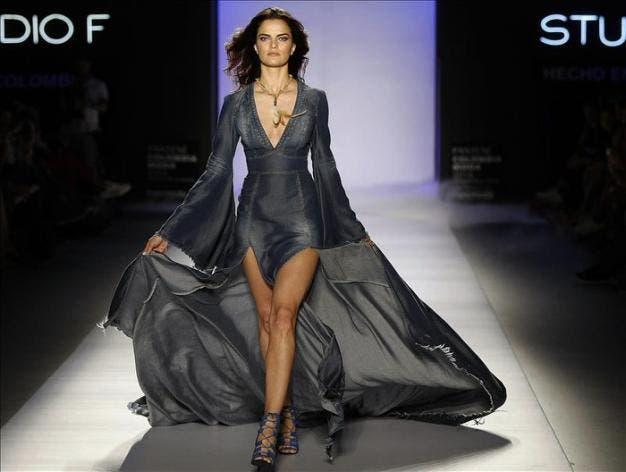 Agencia EFE - La modelo brasileña Barbara Fialho exhibe un vestido de la marca Studio F, durante la XXVI edición Colombiamoda 2015, en Medellín (Colombia). EFE