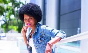 """""""Durante todo el año me estoy tomando un descanso de los productos para alizar el cabello y ver qué tanto puede crecer sin los químicos"""", Pumza Fihlani, BBC Mundo"""