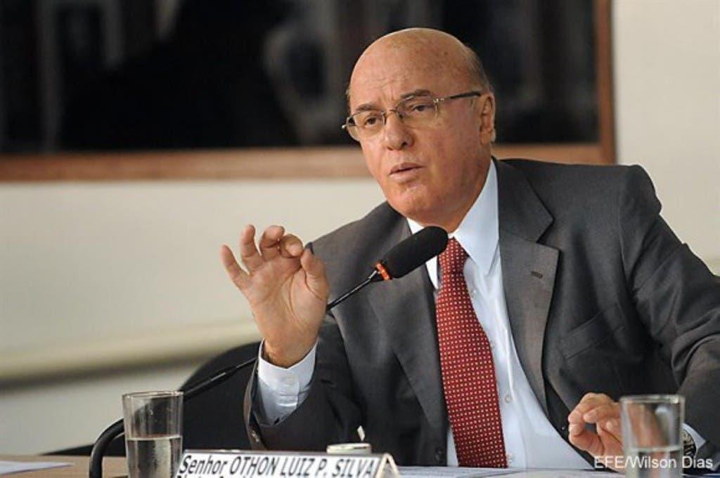 Pinheiro da Silva, que dispone de una licencia temporal del cargo, pedida cuando comenzó a ser investigado en abril pasado, fue detenido en una operación de búsqueda de pruebas de supuestos desvíos de recursos públicos en los contratos de construcción de la central nuclear Angra 3, informó la Policía Federal. EFE
