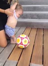 Bebé de Shakira y Piqué chuta balón a los 6 meses