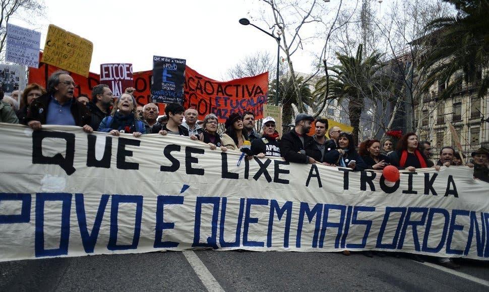 """Los manifestantes también denunciaron la """"privatización"""" de los servicios públicos y pidieron la vuelta a las 35 horas semanales de trabajo en la función pública, frente a las 40 actuales."""