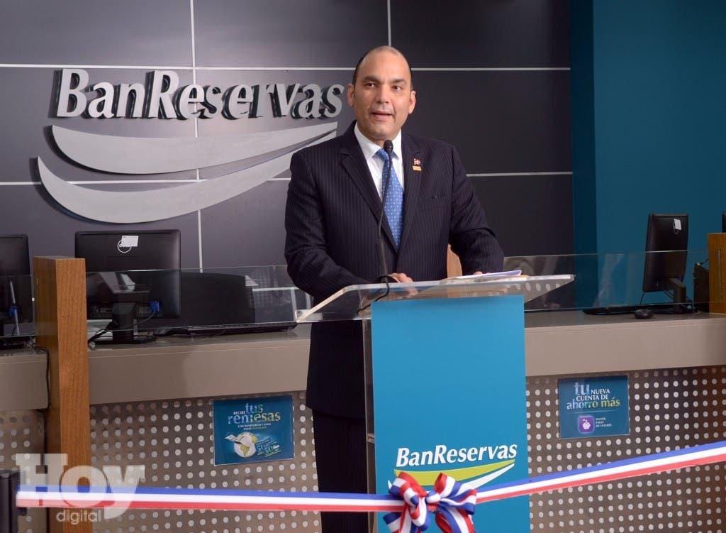 El administrador general de Banreservas, Enrique Ramírez Paniagua, pronuncia el discurso inaugural de la oficina Plaza Galería Bonao, fuente externa