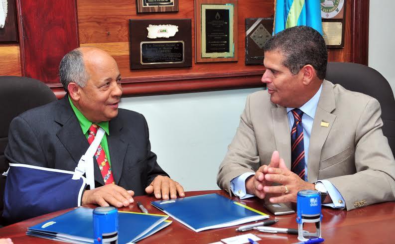 Emilio Vásquez, presidente del Consejo Directivo de Anadegas; y William Read, subadministrador de negocios Banreservas, firman el acuerdo entre ambas entidades fuente externa