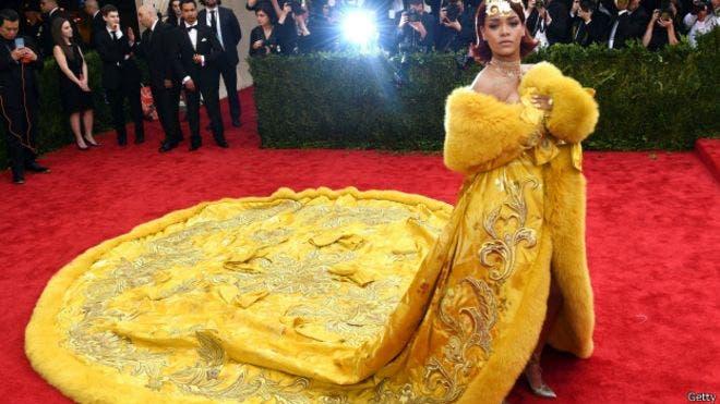 Rihanna necesitó que la siguiera un equipo de tres asistentes para ayudarla con la pesada cola del vestido, BBC Mundo.