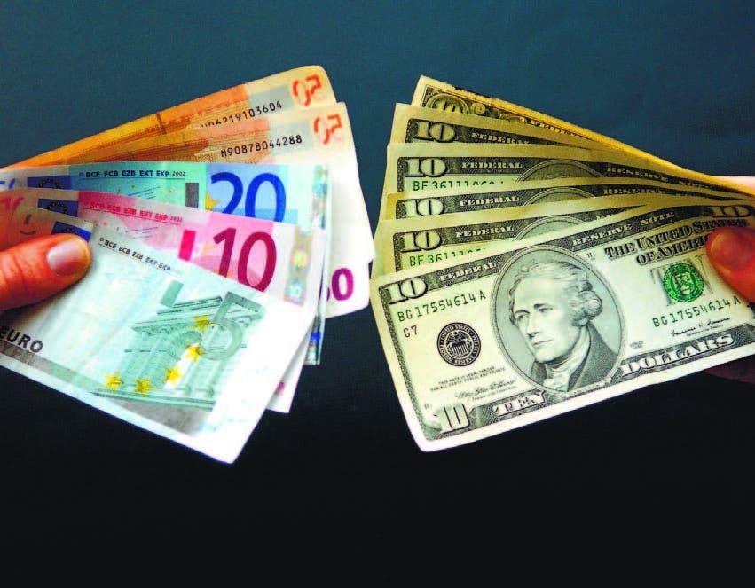 Monedas: euro y dollar. Foto de archivo