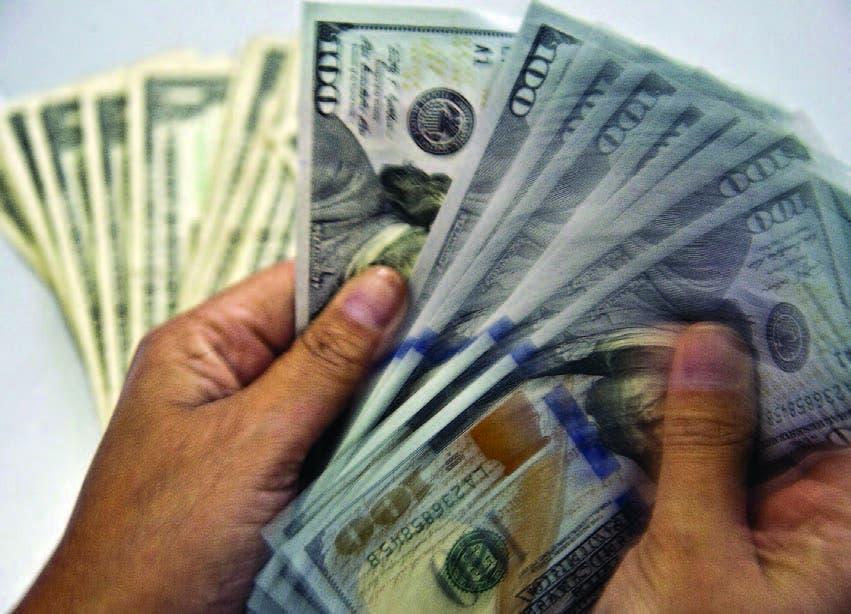 Euro baja ante el dólar que perdió algo de vigor