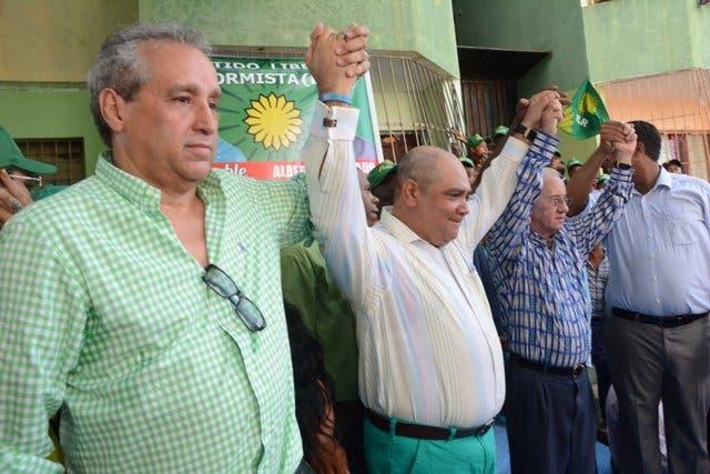 El senador Amable Aristy Castro y el ingeniero Manuel Alsina de Castro junto a Franklin Ferreras, pre candidato a alcalde por Santo Domingo Norte, en el acto de lanzamiento de la candidatura de Alberto Mercado como pre candidato a diputado. Fuente externa
