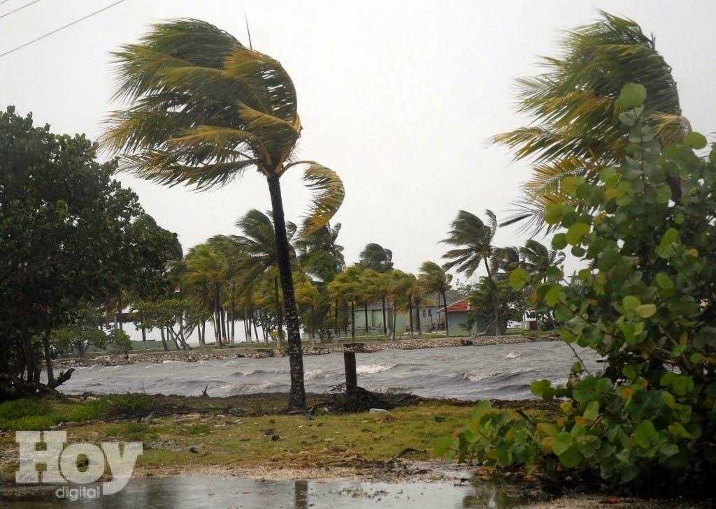 El huracán Danny se fortaleció sobre el Atlántico y alcanzó la categoría 2 con vientos de 165 km por hora,