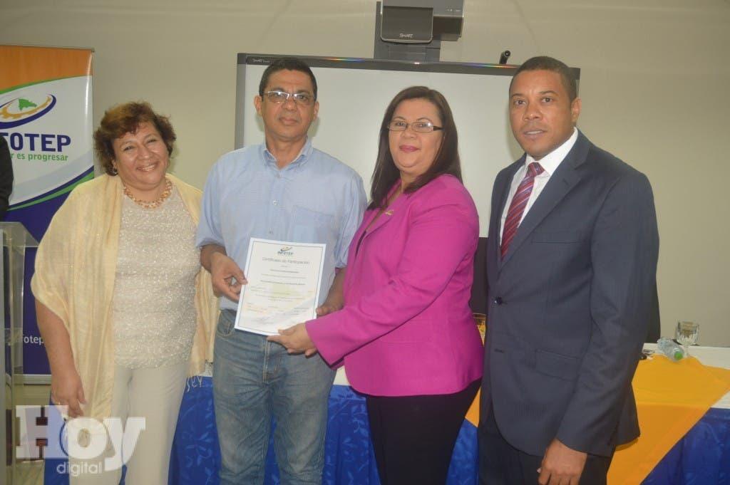 Rocio Zegarra, Maira Morla y Fernelys Beriguete, hacen entrega de los certificados, realizado en la sede del INFOTEP. Fuente externa