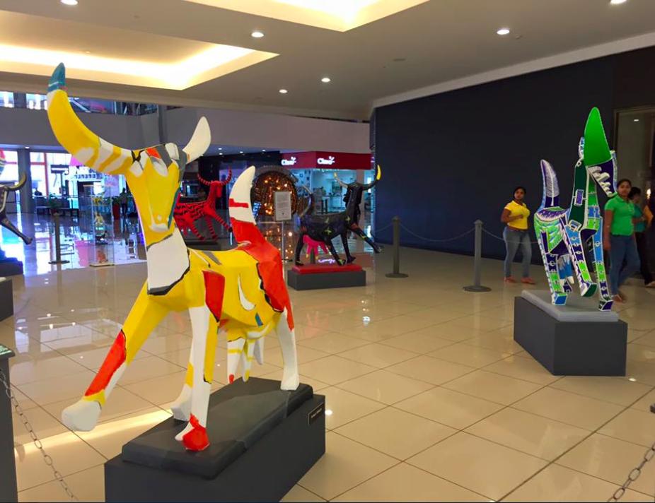 """""""La Chiva Gloria"""", trata de una singular muestra  de seis esculturas caprinas erigidas en fibra de vidrio, cuyos colores vibrantes e intensos ponen de manifiesto la procedencia caribeña y tropical de sus creadores. Fuente externa"""