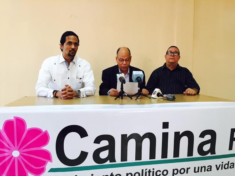 Luis Ulloa Morel, coordinador general de Camina RD, mientras lee la posición del movimiento político