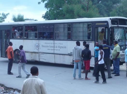 Migracion detiene haitianos