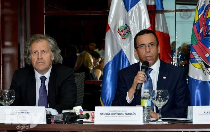 El secretario general de OEA y el canciller de la República Dominicana Andrés Navarro.