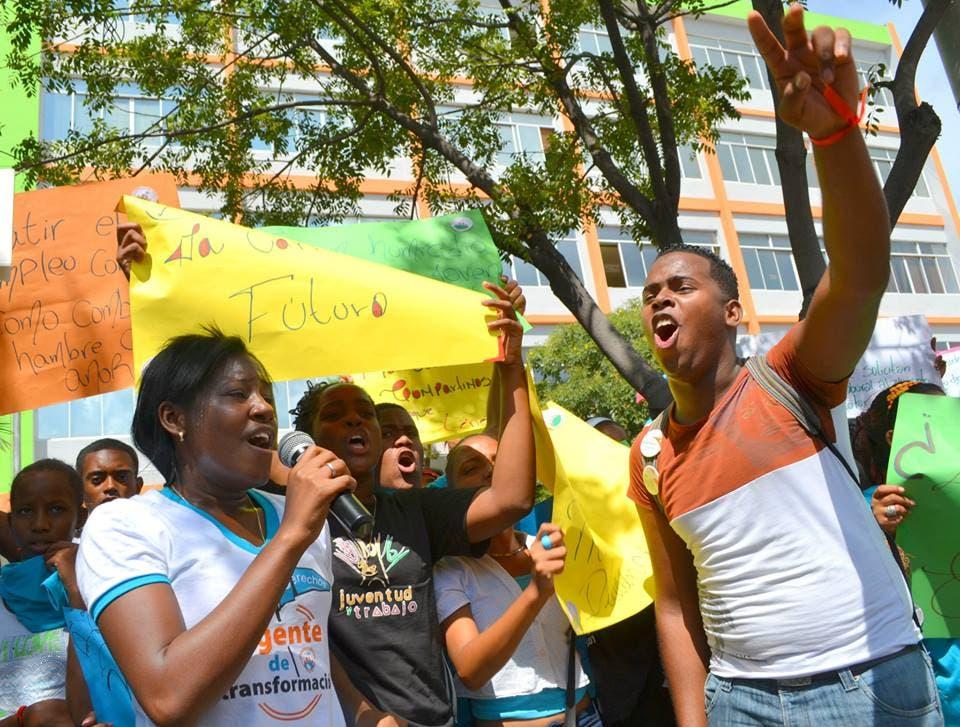Jóvenes demandan empleos dignos frente al Ministerio de Trabajo