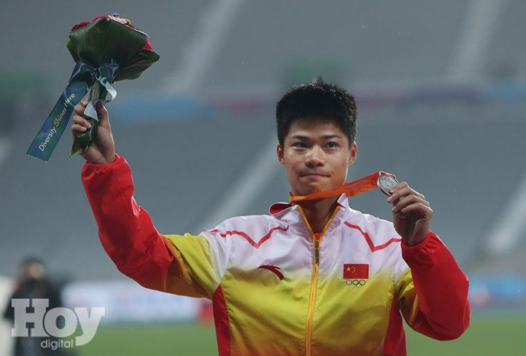 China's Su Bingtian poses with his silver medal in the men's 100 meters event at the 17th Asian Games in Incheon, South Korea, Sunday, Sept. 28, 2014.(AP Photo/Rob Griffith)