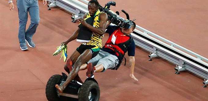 uando celebraba su nuevo título de campeón del mundo de 200 metros, el jamaicano Usain Bolt fue derribado por un camarógrafo, fuente externa