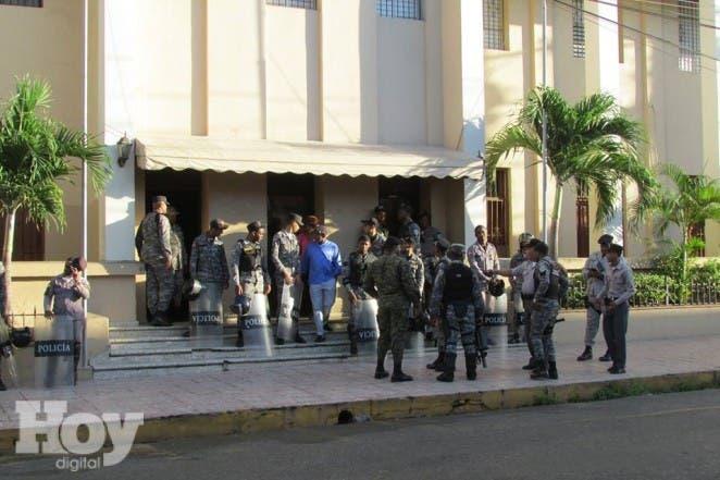 Policías apostados fuera del Palacio de justicia de San Cristóbal, archivo