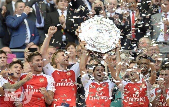 Los jugadores del Arsenal se fotografían con el trofeo que revalida su titulo en la Community Shield tras golear al Chelsea en un encuentro entre ambos equipos de futbol en el estadio Wembley, en Londres, Reino Unido, hoy 2 de agosto de 2015. EFE