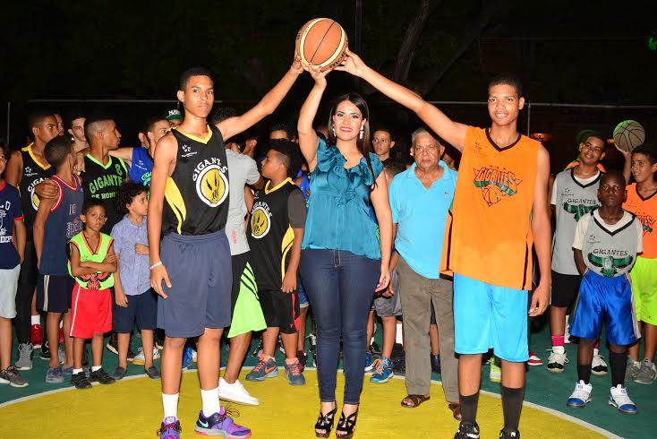 La candidata a diputada del Partido de Acción Liberal (PAL), por la Circunscripción número Uno del Distrito Nacional, Michelle Ortiz, remozó la cancha de baloncesto del sector Honduras, fuente externa
