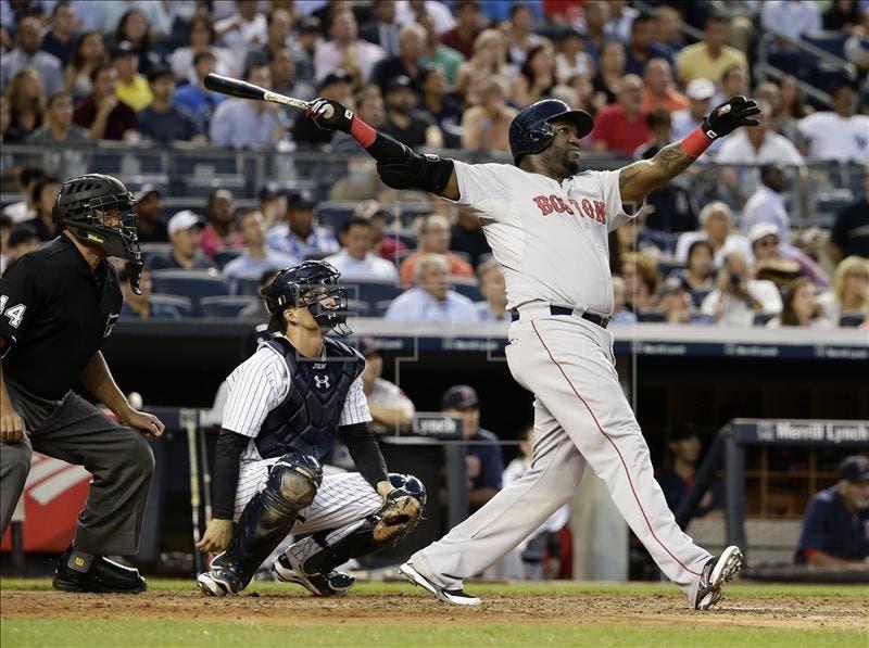El jugador de Medias Rojas David Ortiz batea un cuadrangular, el 5 de agosto de 2015, durante un partido entre Medias Rojas y Yanquis por la MLB en el Yankees Stadium, en Bronx, Nueva York (EE.UU.). EFE