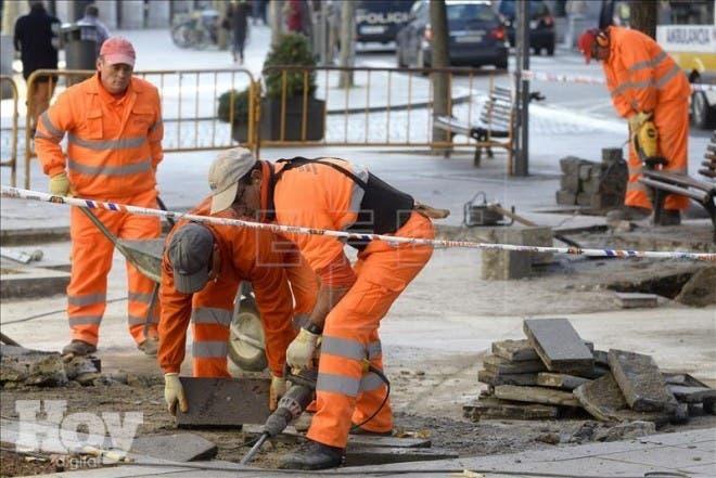 Un grupo de trabajadores realiza diversas tareas en una calle de Valladolid. EFE/Archivo