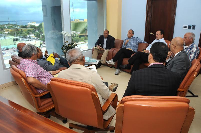 Rubén Jiménez Bichara, vicepresidente de la Corporación Dominicana de Empresas Eléctricas Estatales (CDEEE), El Administrador de la Empresa de Generación Hidroeléctrica Dominicana (EGEHID), Demetrio Lluberes