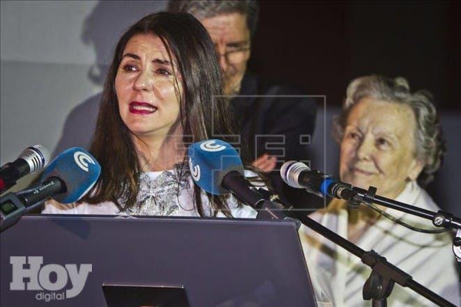 La actriz Ana Fernández (i), acompañada de María Galiana, tras recibir el premio 'Luis Ciges', el máximo galardón honorífico del festival, por su trayectoria profesional, durante la gala de clausura del VIII Festival Internacional de Cine Bajo la Luna de Islantilla. EFE
