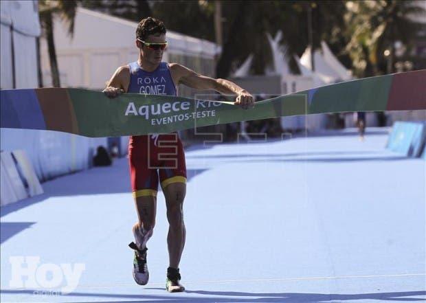 Javier Gómez Noya de España cruza primero la meta, este 2 de agosto de 2015, durante la prueba de triatlón en el evento de clasificación para los juegos olímpicos Río 2016, en la playa de Copacabana de Río de Janeiro. EFE
