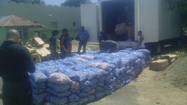 En total, los miembros de la Dirección de Inteligencia (G2) del Ejército, incautaron 437 sacos de ajo con aproximadamente 22 libras cada uno. Fuente externa