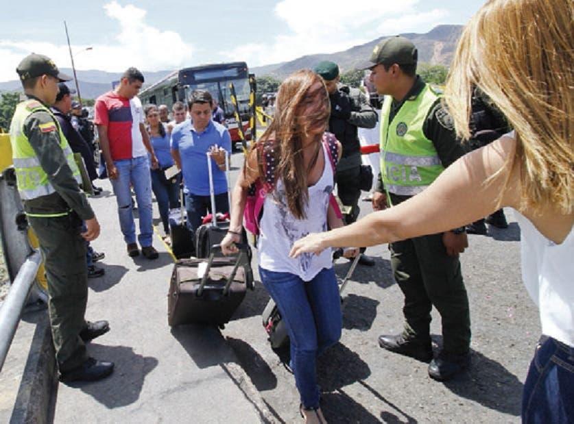 Colombianos regresan a su país tras ser deportados por Venezuela.