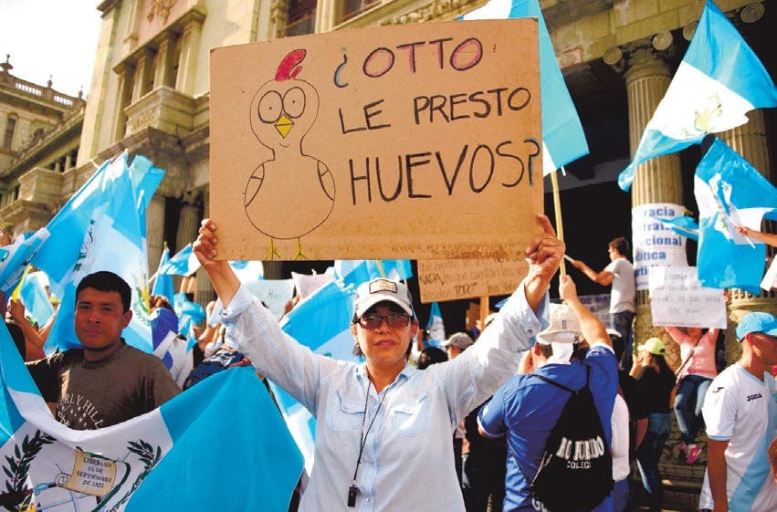 Las manifestaciones pidiendo la renuncia de Otto Pérez no cesan en las calles de Ciudad de Guatemala.  AFP