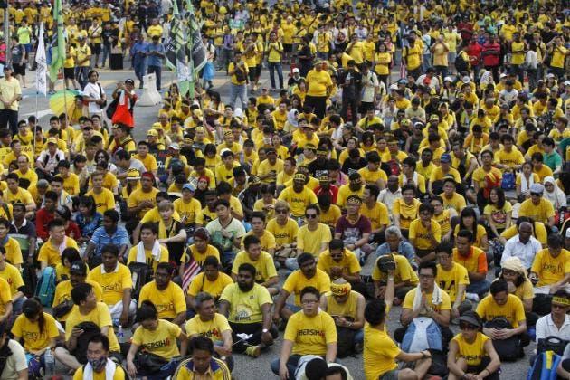 Activistas de la Coalición por Elecciones Limpias y Justas se reúnen en una avenida principal en el centro de Kuala Lumpur, Malasia, durante un mitin el domingo 30 de agosto de 2015. (Foto AP/Joshua Paul)