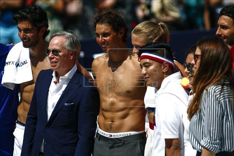 Rafael Nadal (c) y el diseñador Tommy Hilfiger (2 i) posan para una foto después de un partido de tenis organizado por el diseñador para dar a conocer que el tenista es la nueva imagen para este otoño de su firma. EFE